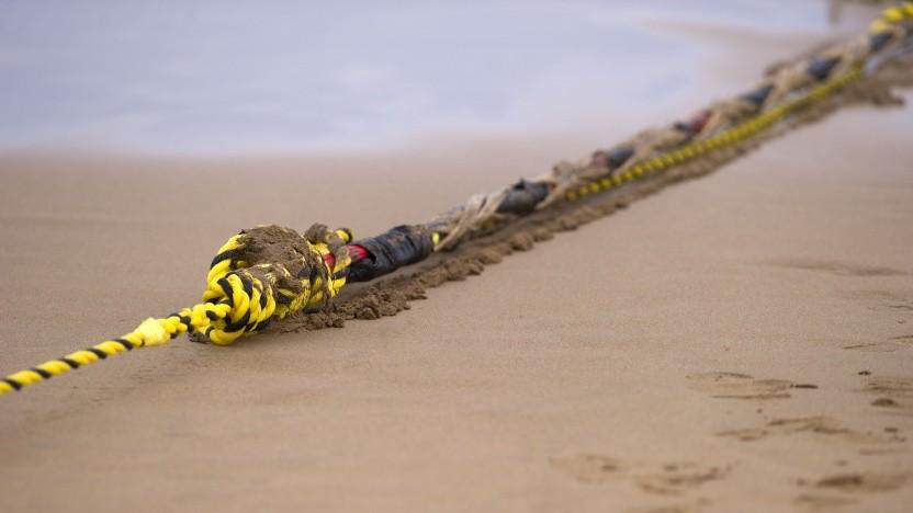 Im Juni 2017 wird am Strand von Arrietara in der Nähe des baskischen Dorfes Sopelana in Spanien ein Seekabel an einem Seil befestigt.