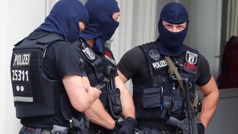 Polizisten haben mehr als 200 Objekte wegen Cyberkriminalität durchsucht (Symbolbild).