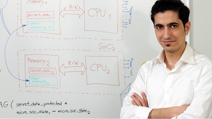 Doktorand Mohammad Fadiheh zeigt einen Seitenkanalangriff.