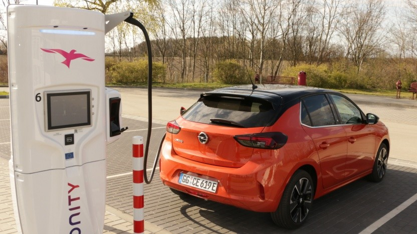 Günstigere Elektroautos wie der Opel Corsa-e können am meisten von der Kaufprämie profitieren.