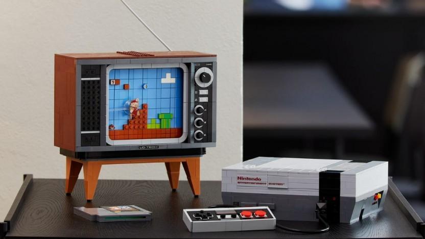 Lego baut ein Modell der NES-Konsole.