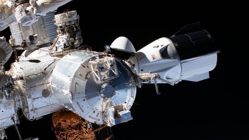 Crew Dragon (rechts) an der ISS