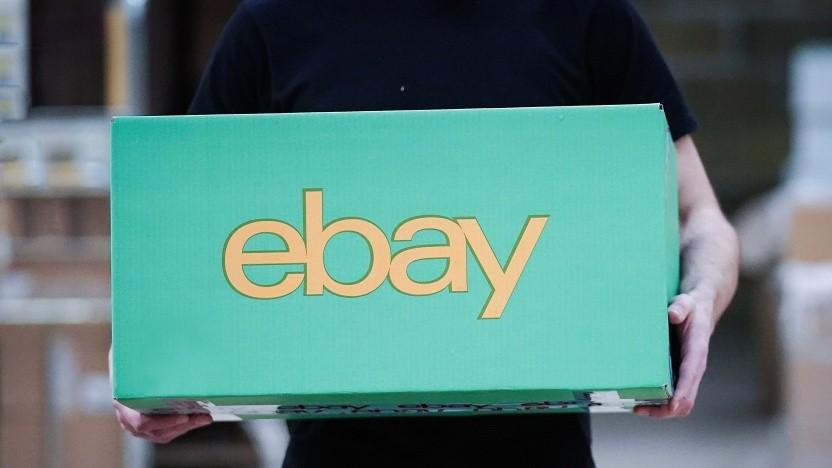 Ein Paket wird am 5. April in einem eBay-Verkäuferlager in London für den Versand vorbereitet.