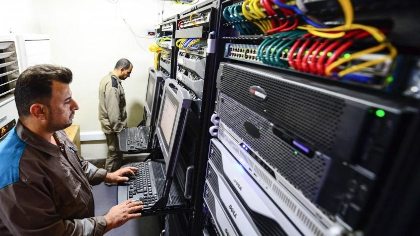 Techniker in einem Serverraum
