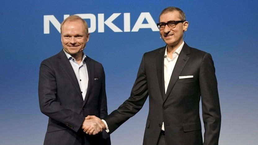 Der neue Chef von Nokia, Pekka Lundmark (l.), gibt dem zurückgetretenen Rajeev Suri nach einer Pressekonferenz am 2. März 2020 in der Nokia-Zentrale in Espoo, Finnland, die Hand.