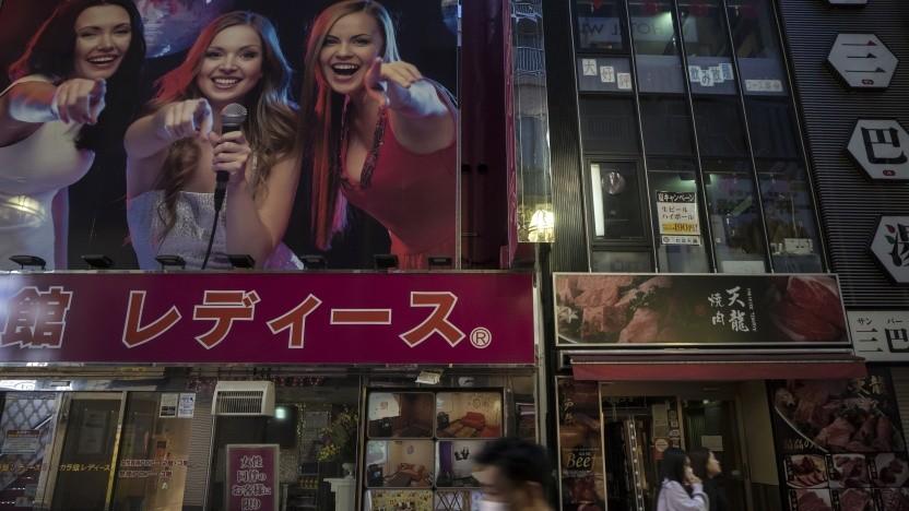 Geht Karaoke auch mit Mundschutz? - Anzeige über einer Tokyoter Karaokebar.