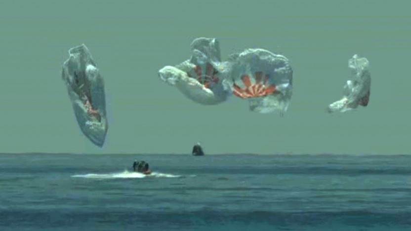 Nach der Landung sanken die Fallschirme langsam aufs Meer.