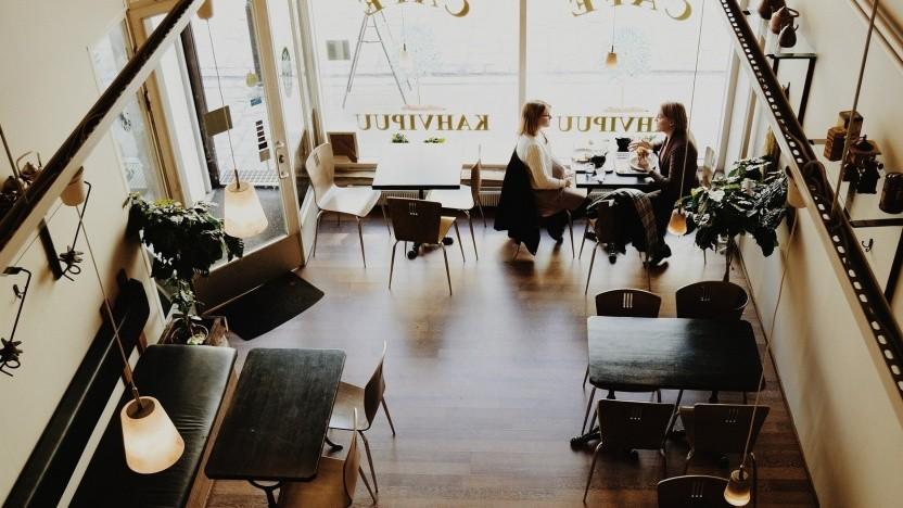 Gäste in einem Cafe.