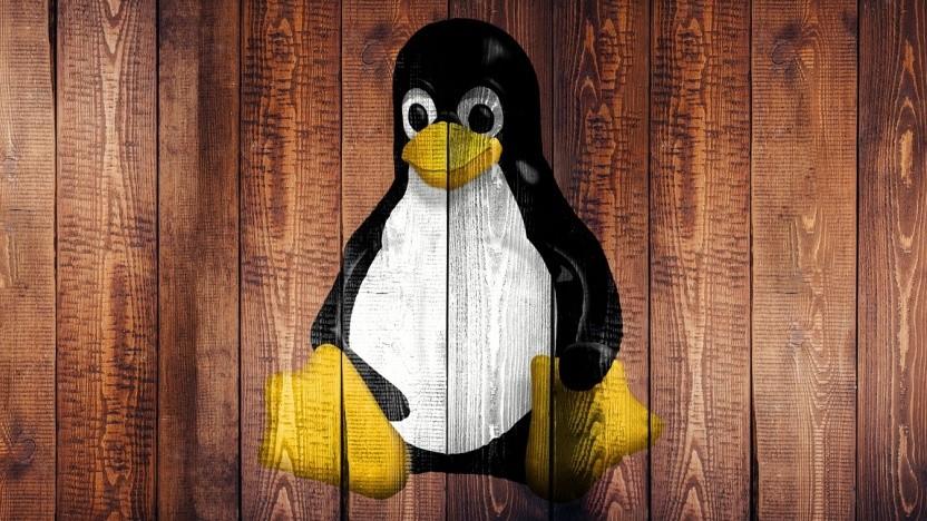Das Linux-Maskottchen Tux auf Holz (Drovo).