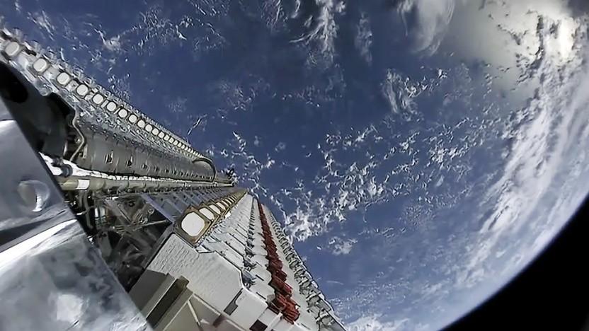 Die Starlink-Satelliten werden von Raketen in großen Stapeln im Orbit ausgesetzt.