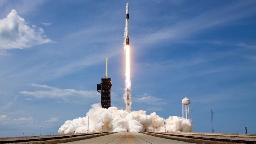 Start einer Falcon 9 Rakete, hier mit dem Crew Dragon an der Spitze.