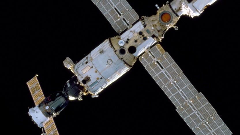 Das Swesda-Modul mit angedocktem Sojus-Raumschiff während des Aufbaus der ISS im Jahr 2000.