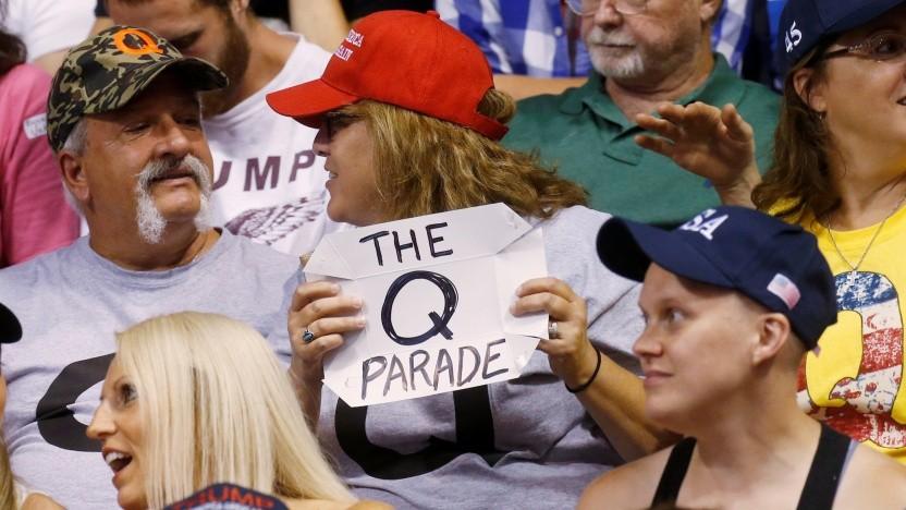 QAnon-Anhänger auf einer Wahlkampfkundgebung von Trump im August 2020