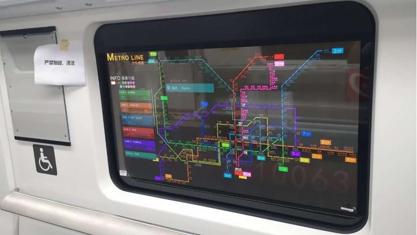 Ein transparenter OLED-Bildschirm von LG in der U-Bahn von Shenzhen