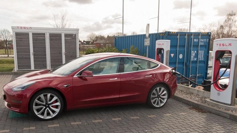 Schon jetzt soll ein Tesla Model 3 deutlich klimafreundlicher als ein Verbrenner sein.