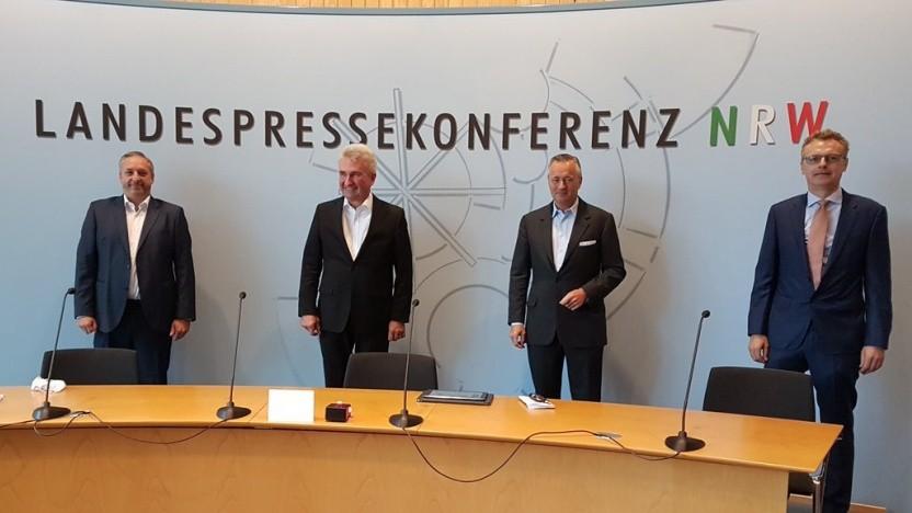 v.l.n.r.: Walter Goldenits (Telekom), Wirtschaftsminister Andreas Pinkwart, Hannes Ametsreiter (Vodafone), Alfons Lösing (Telefónica)