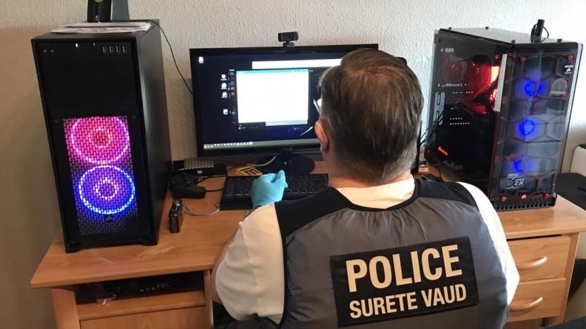 Polizist an beschlagnahmtem Rechner