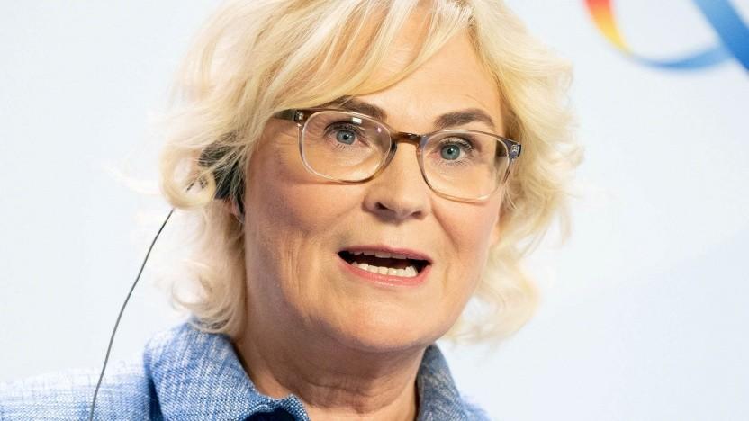 Justizministerin Lambrecht fordert mehr Aufklärung gegen Verschwörungsfantasien.