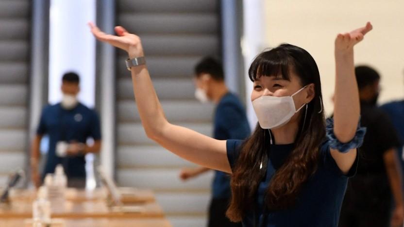 Bei der Eröffnung eines neuen Apple-Stores in Singapur trugen die Mitarbeiter noch normalen MNS.