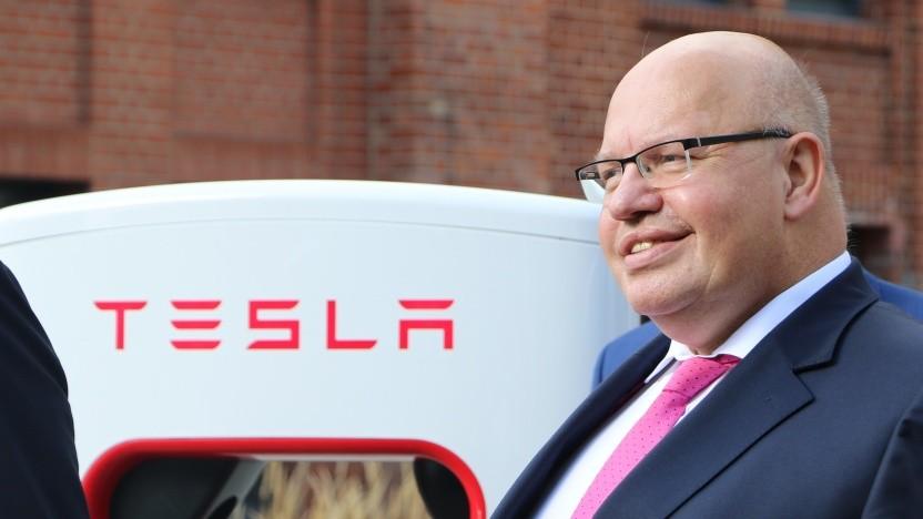 Wirtschaftsminister Altmaier freut sich über die Tesla-Investionen.
