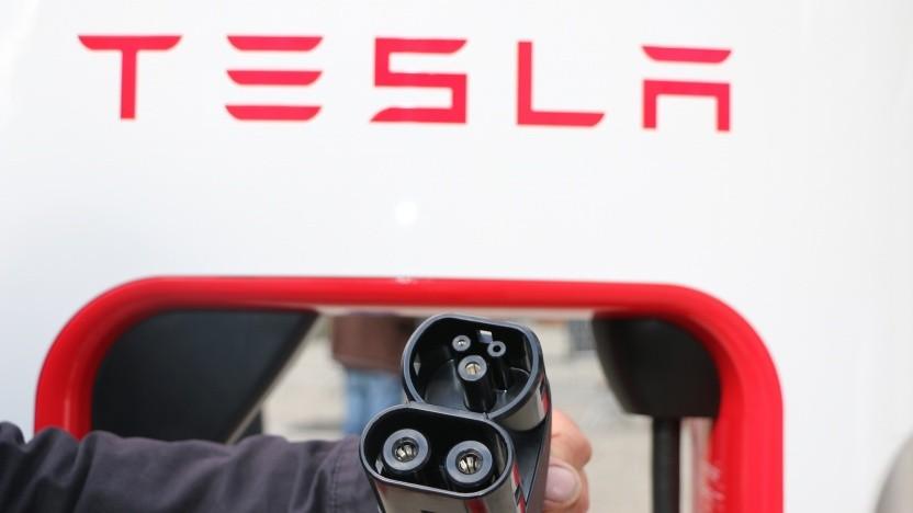 Die neuen Stecker an den Superchargern sind mit anderen Elektroautos kompatibel.