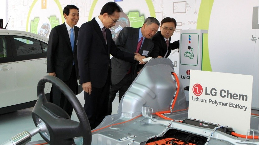Südkoreas Präsident Lee Myung-Bak besucht eine Akkufabrik von LG Chem (Symbolbild): LG gliedert seine Akkusparte aus.
