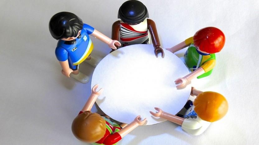 Gemeinsam an einem Tisch - gerade bei großen Firmenthemen wollen alle gefragt werden, werden sie aber nicht immer.