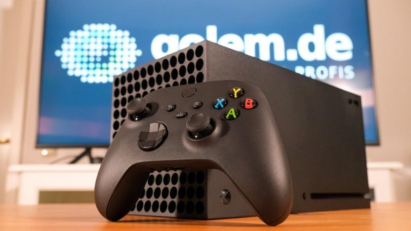 Das Gamepad der Xbox Series X vor der Konsole selbst