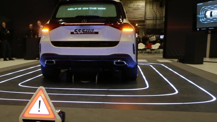 Solche autonomen Warndreiecke könnten künftig eine Unfallstelle sichern.