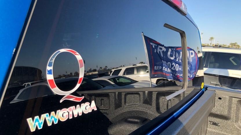 QAnon-Symbole am Rande einer Wahlveranstaltung für US-Präsident Trump
