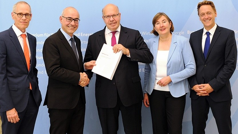 Die Mitglieder der Monopolkommission Thomas Nöcker, Achim Wambach, Angelika Westerwelle und Jürgen Kühling (v. l. n. r.) übergeben Bundesminister Peter Altmaier das 22. Hauptgutachten der Kommission.
