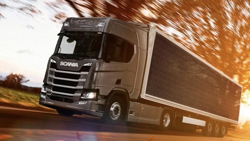 Scania-Laster mit Solarzellen-Anhänger