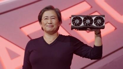 AMD-Chefin Lisa Su hält eine Radeon RX 6000 hoch.