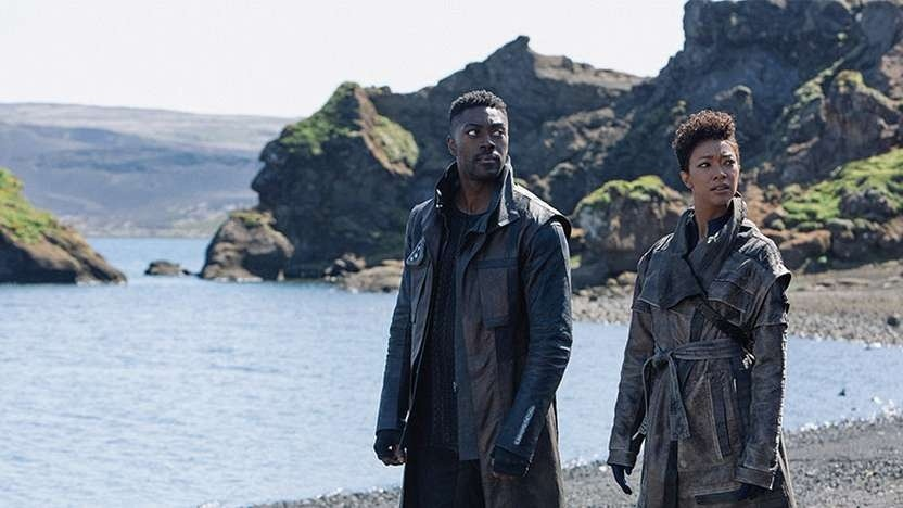 Sonequa Martin-Green als Michael Burnham und David Ajala als Book