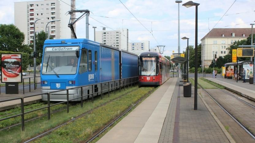 Die Cargo-Tram fährt in Dresden auf bestehenden Straßenbahngleisen durch die Stadt.