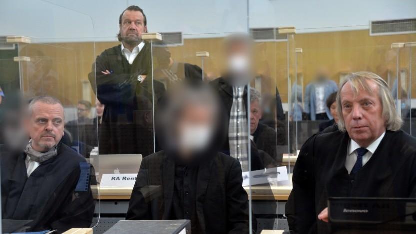 Der Hauptangeklagte (m.) mit Anwalt Uwe Hegner (r.) beim Prozessauftakt in Trier