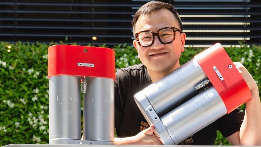 Lavo-Hydrogen-Chef Alan Yu mit den Tanks des Systems.