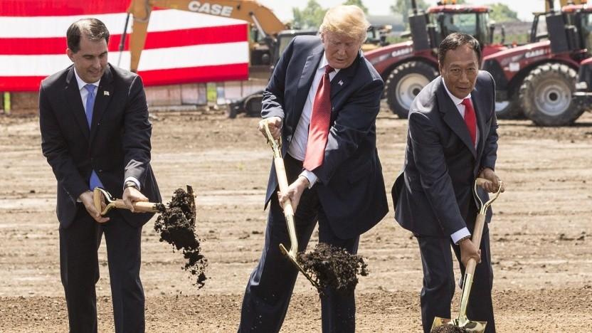 US-Präsident Donald Trump (Bildmitte) macht zusammen mit Scott Walker (links), dem Gouverneur von Wisconsin und Terry Gou (rechts), Chef von Foxconn, am 28. Juni den ersten Spatenstich.