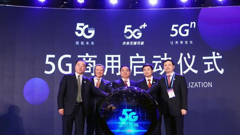 Chen Zhaoxiong, Vize-Minister für Industrie and Informationstechnologie (Mitte) und die Vorsitzenden der drei großen chinesischen Netzbetreiber und China Tower Corp starteten die Kommerzialisierung von 5G-Diensten am 31. Oktober 2019 in Peking.