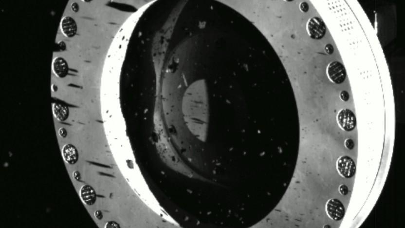 Bilder der Raumsonde Osiris Rex zeigen, wie Material vom Probenbehälter entweicht