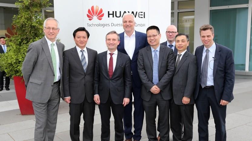 Huawei-Führungskräfte in Düsseldorf im Jahr 2016, der ehemalige Oberbürgermeister von Düsseldorf, Thomas Geisel(3. v. l)