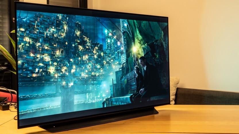 Der LG OLED48CX9LB passt gerade so auf den Tisch.