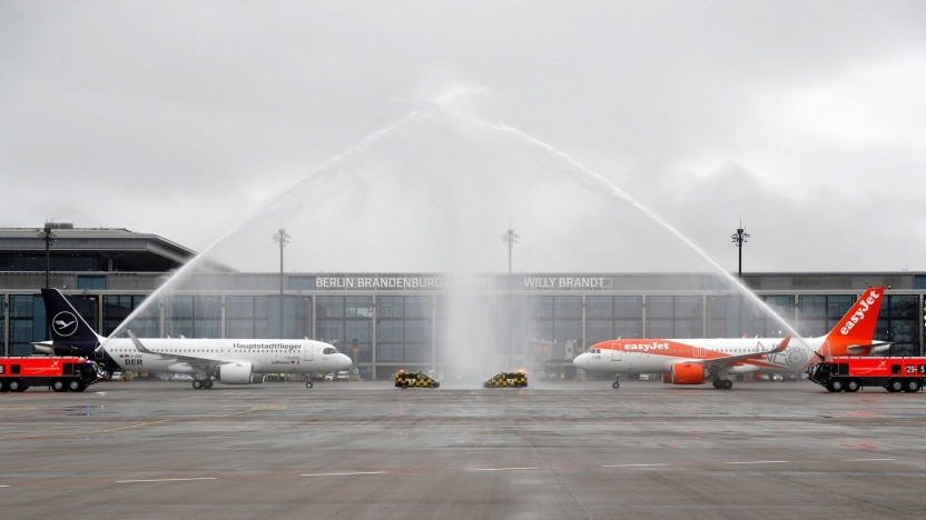 Eröffnung des neuen Berliner Flughafens: Flugzeuge landeten nacheinander, nicht parallel.