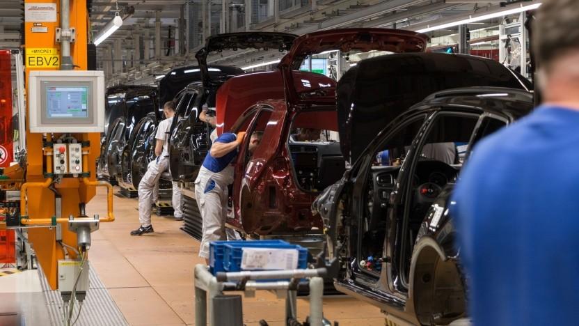 Die Automobilindustrie baut Stellen ab, schafft aber auch neue Arbeitsplätze.
