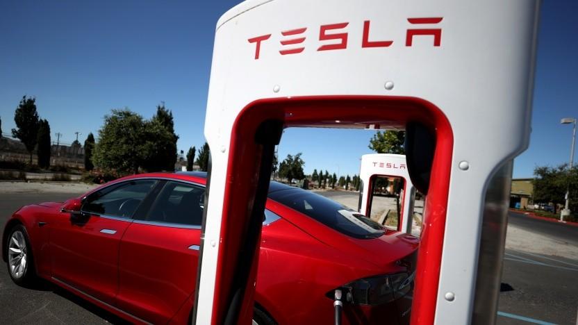 Das Tesla-Logo auf einem Supercharger