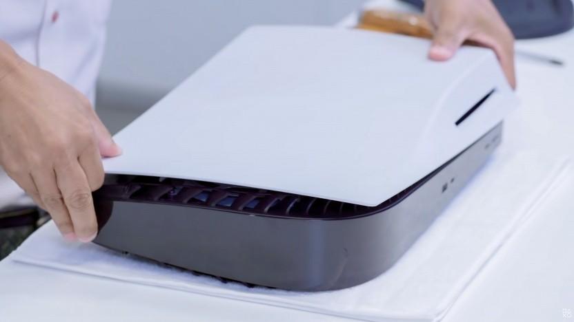 Die Gehäuseschale der PS5 lässt sich relativ leicht entfernen.