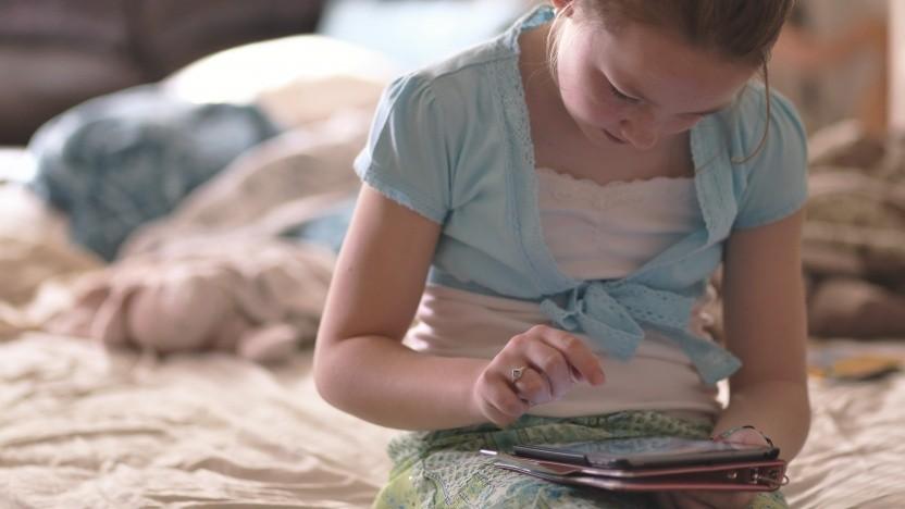 Schülerin mit iPad (Symbolbild)