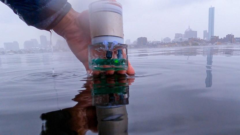 Batterieloser Sensor wird für einen Test von UBL im Wasser versenkt.