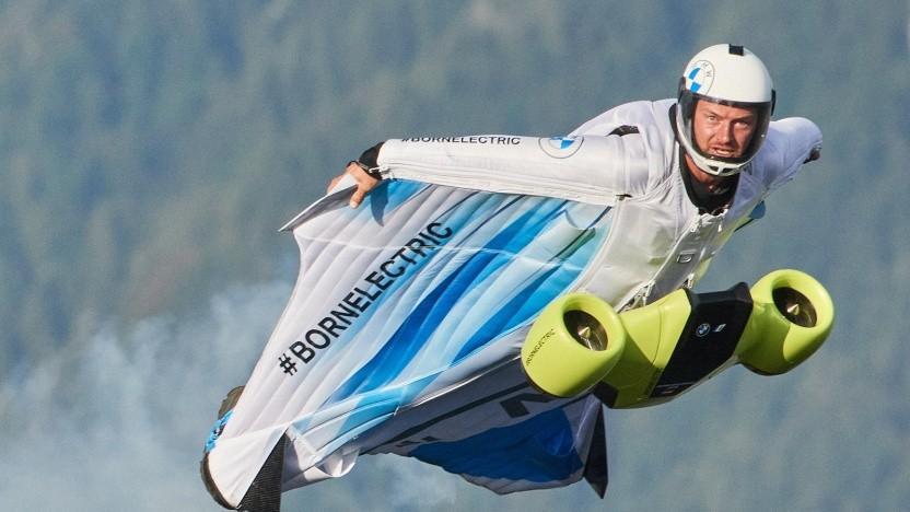 Peter Salzmann fliegt den E-Wingsuit.