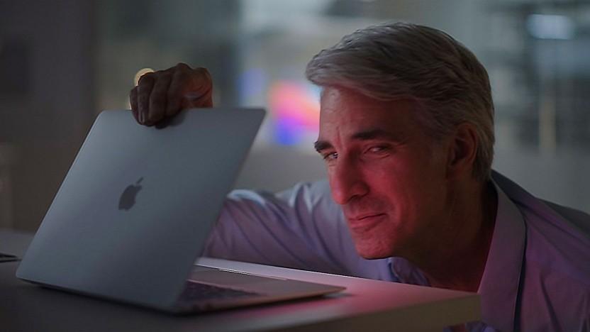 Software-Chef Craig Federighi mit dem neuen Macbook Air